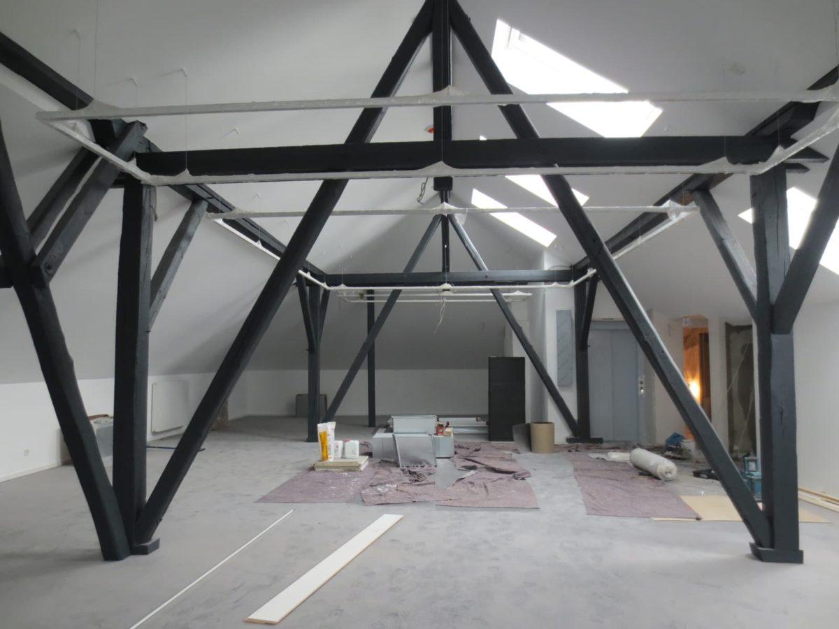 Ein kleiner Einblick in den Vermittlungsraum des Kunstforums im Dachgeschoss mit seinem sichtbaren Tragwerk.