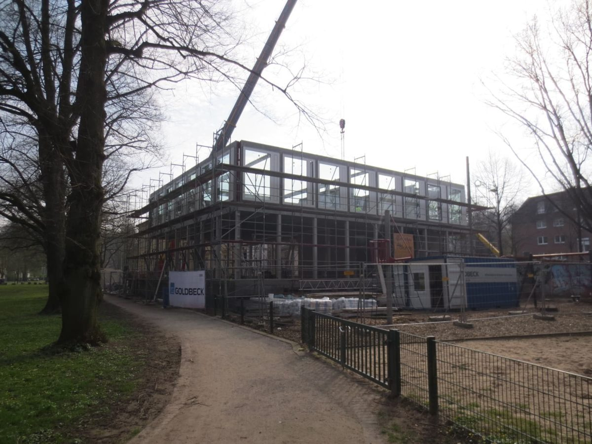 Außenansicht der Baustelle des Ortwin Goldbeck Forums von der Parkseite.